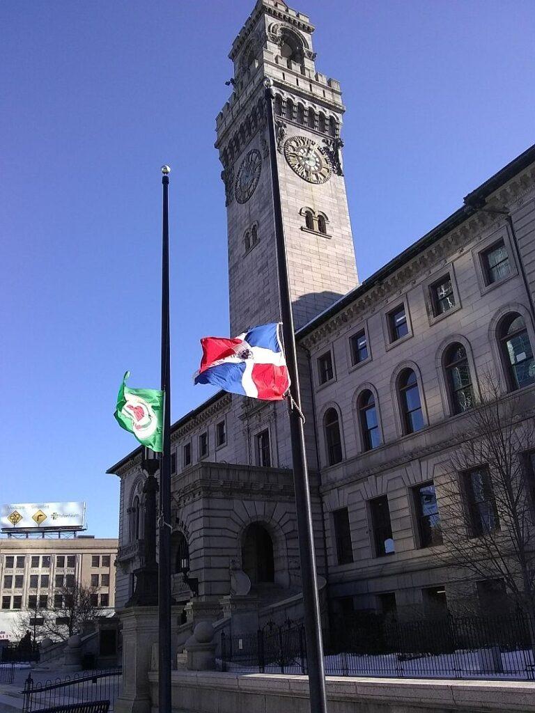 Bandera dominicana frente al City Hall de Worcester, MA. Febrero 27, 2021
